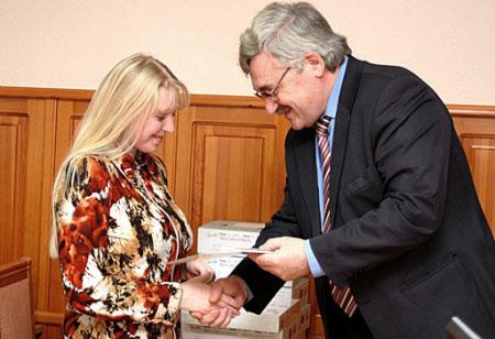 Начальник Департамента общего образования Леонид Глок вручает призы